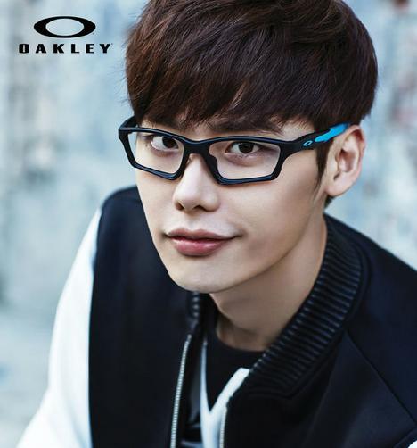 韩国演员李钟硕代言欧克利oakley眼镜