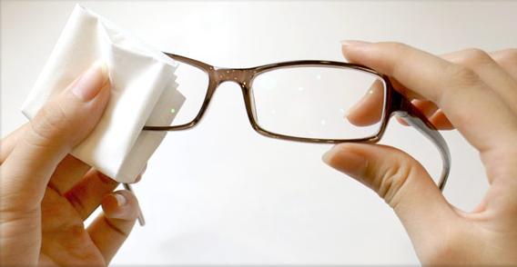 并用清水清洗干净,而后可用柔软的纸巾或眼镜布擦干