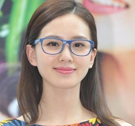2、刘诗诗:这位人气美女,继周迅之后的花旦评选中与Angelababy、杨幂及倪妮被评为内地新四小花旦。低调清纯的刘诗诗也经常是戴着一副框架亮相。在采访中她说到,平日里爱戴眼镜,因为人比较懒,眼镜容易修饰造型,而且很容易搭配!她还作为沃格眼镜的代言人,让眼镜与自己更亲密接触。