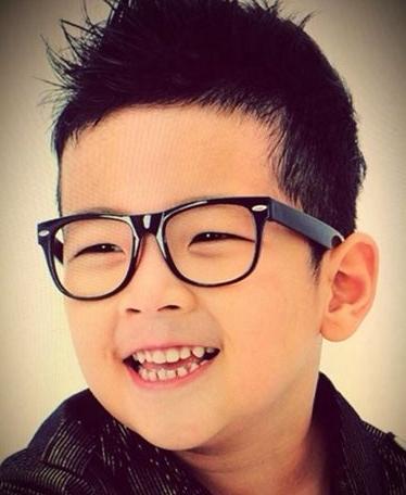 肥嘟嘟的小脸戴着大大的黑框眼镜,十分可爱.