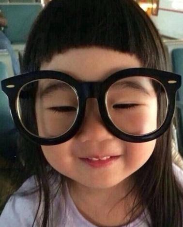 我只要看到孩子戴着眼镜,那种呆萌的样子和可爱的脸蛋,就让我忍不住亲