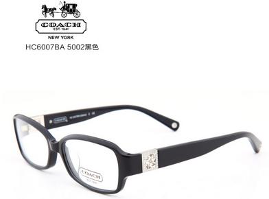 这种脸型可以选择长椭圆形的以及有较厚边框的眼镜,或是略大于脸部
