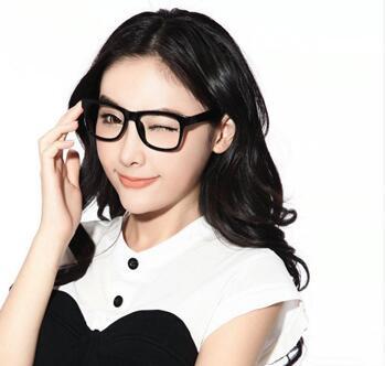 一款很适合学生的眼镜造型,利用齐刘海的造型来增添女生的可爱甜美风