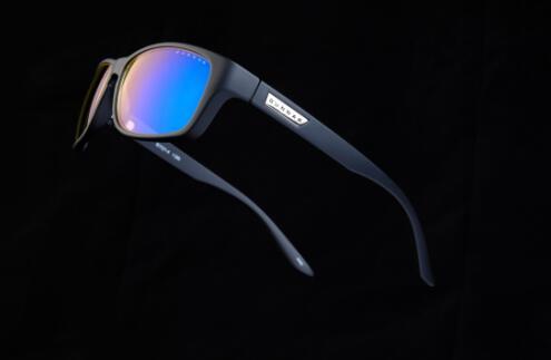 黑色哑光磨砂表面,颇为清新时尚;镶嵌金属品牌logo,让整个眼镜造型