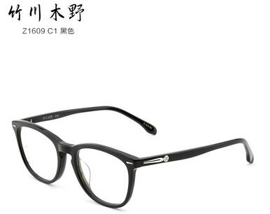 林允儿戴眼镜给人的感觉很文静,但是漂亮的面部轮廓同样吸睛.