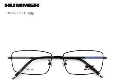 近日,张一山最新时尚大片曝光,戴着斯文眼镜,却大秀结实腹肌.