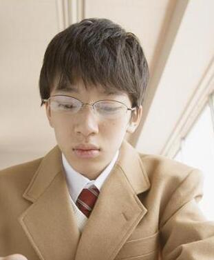 眼镜男短发头像