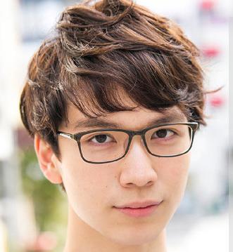 男生什么发型配眼镜_戴眼镜的男生适合什么样发型?_亿超眼镜网