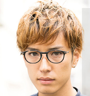 戴眼镜的男生适合什么样发型?