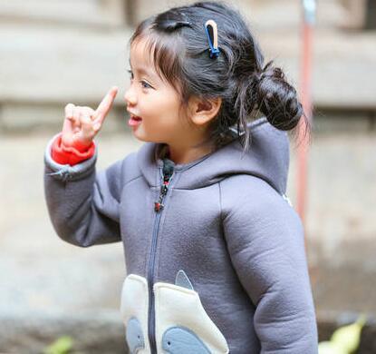 眼镜萌女崔雅涵酷似卡通人物阿拉蕾